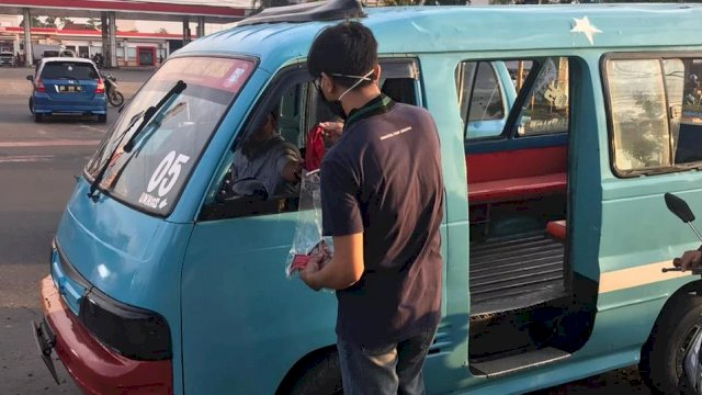 HMI Maktim Memberi Masker Gratis Kepada Sopir Angkot Di Depan Pintu 1 Unhas, Selasa (14/4/2020)
