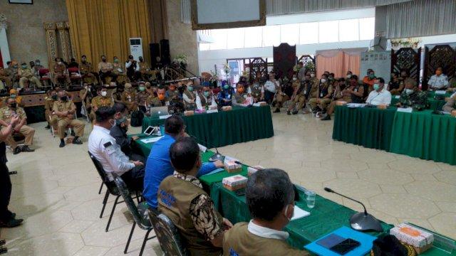 Rapat koordinasi antara Pemprov Sulsel, Pemkot Makassar dan sejumlah Pemkab, bersama Forkompinda, di Posko Covid-19, Jumat, 17 April 2020.