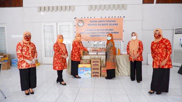 Dharma Wanita Persatuan (DWP) Provinsi Sulawesi Selatan (Sulsel) menyerahkan secara simbolis bantuan suplemen bagi tenaga medis di Aula Rujab Sekda Provinsi Sulsel, Sabtu, 18 April 2020.