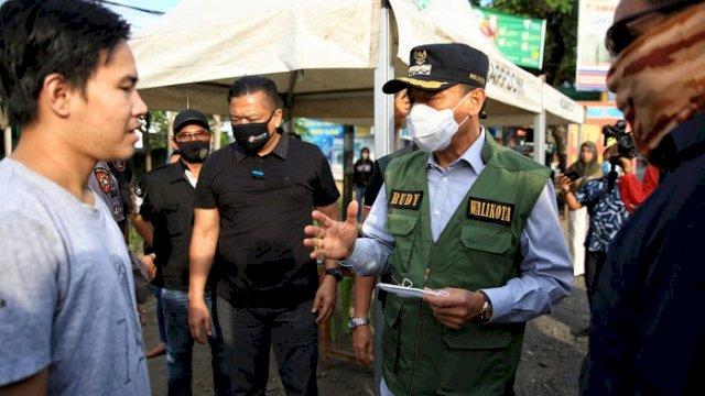 Pj Kota Makassar, Prof Rudy Djamaluddin meninjau langsung kesiapan di salah satu perbatasan Alauddin- Gowa, Senin (13/07/2020).
