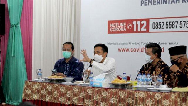 Pj Wali Kota Makassar Rudy Djamaluddin saat memimpin rapat evaluasi penerapan perwali protokol kesehatan.