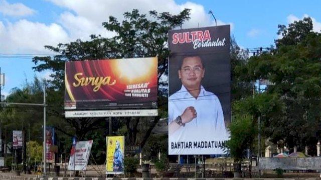 Bilboard berukurang raksasa yang menampilkan gambar Bakal Calon Gubernur Sultra, Bahtiar Maddatuang, terpajang di pusat Kota Kendari, Sulawesi Tenggara.