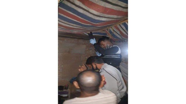 Kepolisian Polsek Bontonompo saat mengamankan tali ikat pinggang yang digunakan Sirajuddin bunuh diri di dalam kamarnya, Selasa, 18 Agustus 2020
