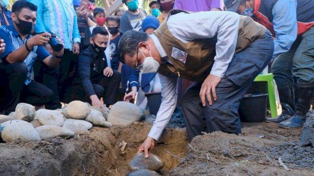 Gubernur Sulsel Lakukan Peletakan Batu Pertama Pembangunan 50 Hunian Tetap Untuk Korban Banjir Lutra