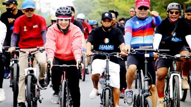 Naik Sepeda, Rusdin Abdullah dan dr Onasis Keliling Makassar Bareng Fatma