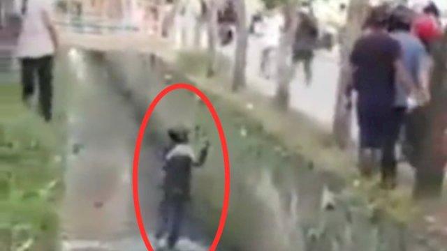 Viral Video Perampok Bersajam Masuk Got Dilempari Batu, Netizen: Coba Koruptor Diginiin