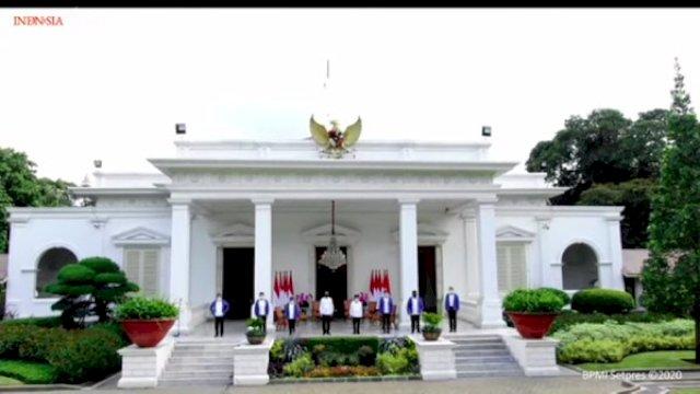 Jokowi Perkenalkan 6 Menteri Baru, Tampil Keren Pakai Kemeja Putih dan Jaket Biru