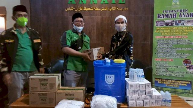 Cegah Penyebaran Covid-19, Ansor Gowa Bantu Hand Sanitizer di Pesantren