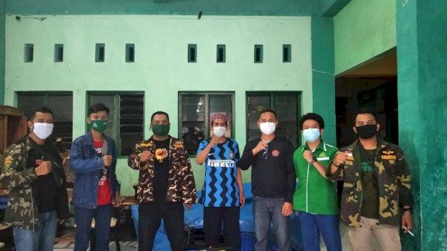 Cegah Penyebaran Covid-19 di Makassar, Ansor Sulsel Semprot Rumah dan Sekolah Disinfektan