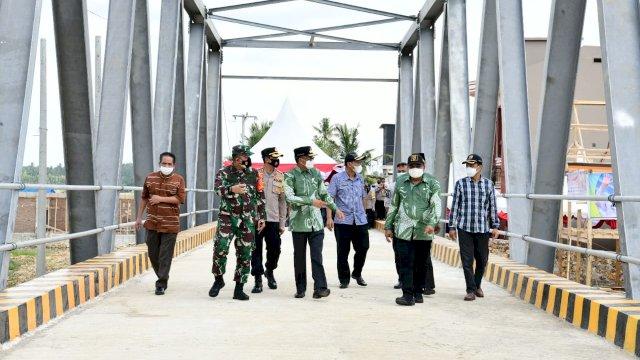 Nurdin Abdullah Resmikan Jembatan Sungai Watu Kecamatan Cendrana