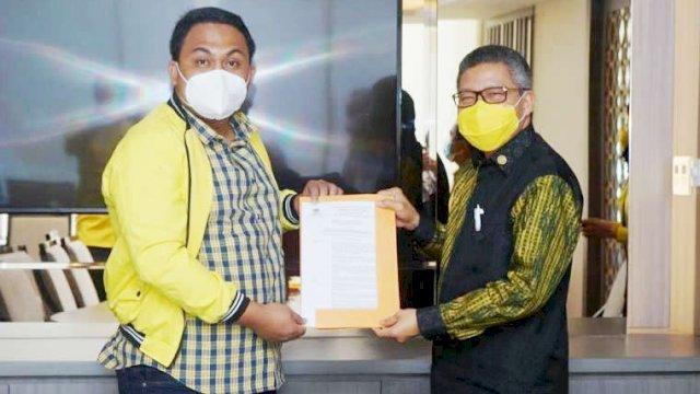 Meyrza saat menerima SK Plt Ketua Golkar Bantaeng