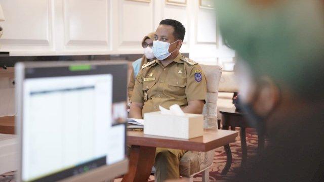 Wakil Gubernur Sulawesi Selatan, Andi Sudirman Sulaiman saat menghadiri rapat rutin bersama Menteri Kesehatan RI dan Menteri Dalam Negeri RI, di Baruga Lounge Kantor Gubernur Sulsel, Senin 22 Februari 2021.