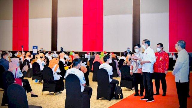 Bersama Plt Gubernur, Jokowi Tinjau Festival Vaksinasi oleh 500 Guru