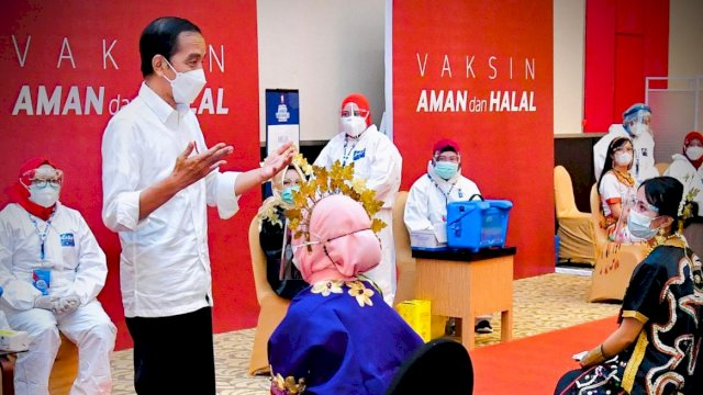 Presiden Tinjau Vaksinasi Massal Bagi Para Guru di Makassar