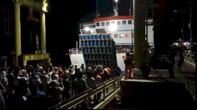 KMP Bontoharu Bersandar di Selayar, Plt Gubernur Sulsel : Alhamdulillah, Penumpang Aman dan Sehat