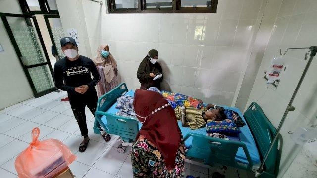 Wakil Ketua DPRD Makassar Bawa Bantuan Keluarga ke Penderita Gizi Buruk