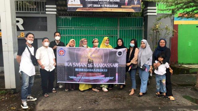 Alumni SMA Negeri 16 Makassar Berbagi Takjil Buka Puasa di Jalan