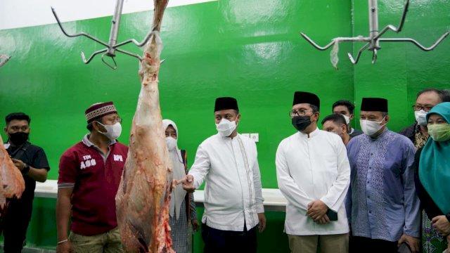 Plt Gubernur bersama Walikota Tinjau Ketersediaan Stok Daging di RPH Modern Maggala, Makassar (10/5/2021)