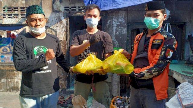 Ansor Salurkan Bantuan Korban Kebakaran Tinumbu