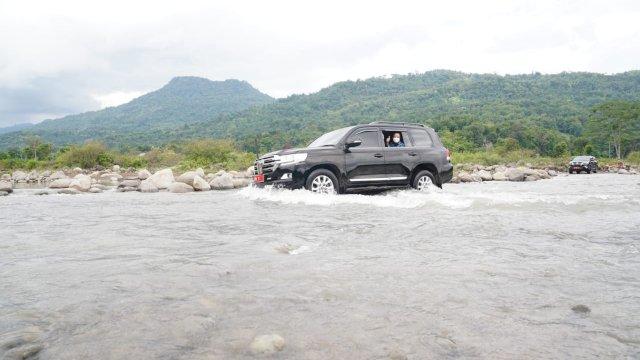 Plt Gubernur Sulsel Andi Sudirman Sulaiman mengendarai mobil dinas menyebrangi sungai Jeneberang