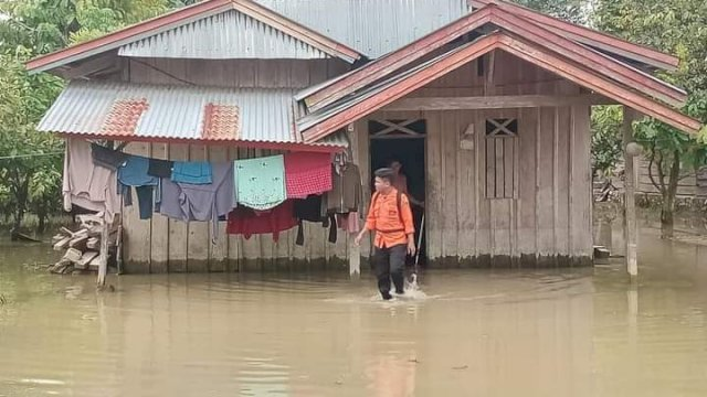 322 Rumah Terendam Banjir di Lutra, Plt Gubernur Sulsel Instruksikan BPBD Salurkan Bantuan