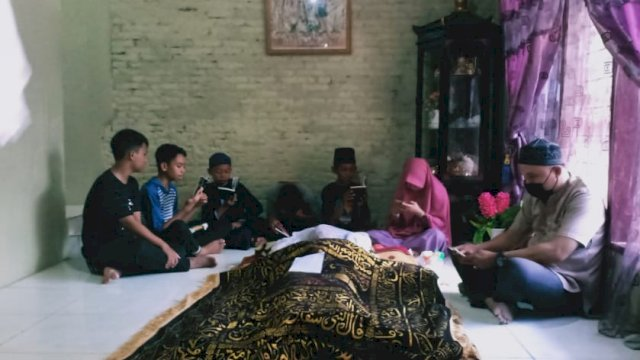 Suasana rumah duka salah satu korban di Jalan Kaka Tua II, Kota Makassar. Minggu (23/5/2021)