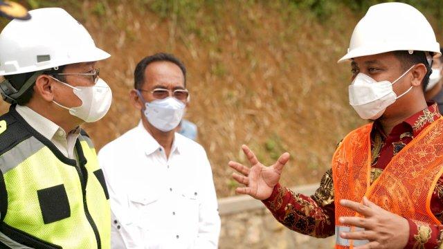 Plt Gubernur Sulsel Andi Sudirman Sulaiman saat meninjau pembangunan infrastruktur di Toraja Utara, Minggu (23/5/2021)