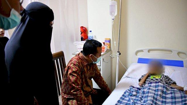 Plt Gubernur Sulsel Andi Sudirman Sulaiman menjenguk satu korban tenggelam Stadion Mattoanging lainnya yang berhasil diselamatkan, Reka di Rumah Sakit Hikmah, Senin 24 Mei 2021.