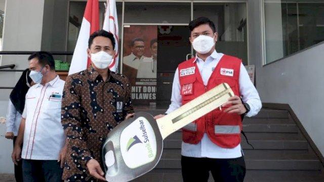 Dirut Bank Sulselbar Menyerahkan Bantuan ke Ketua PMI Sulsel (ist)