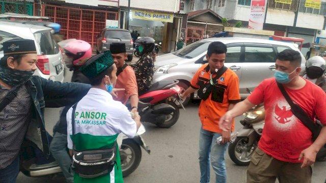 Ansor Makassar Bareng Pemuda GPIB Berbagi Takjil Ke Masyarakat
