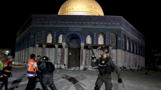 Masjid Al-Aqsa Diserang Israel saat Salat Tarawih, Ratusan Warga Palestina Terluka