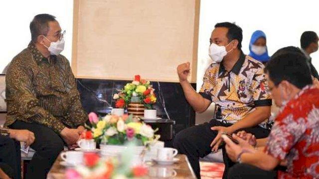 Plt Gubernur Sulawesi Selatan (Sulsel), Andi Sudirman Sulaima membahas rencana pembangunan Rumah Sakit Pusat Otak Nasional di Sulsel bersama Direktur Jenderal Pelayanan Kesehatan (Yankes) Kementerian Kesehatan RI, Abdul Kadir di Makassar, Jumat, 4 Juni 2021.
