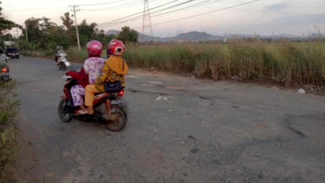 Kondisi jalan poros Pattalasang, Kabupaten Gowa rusak parah (Foto: Ist)