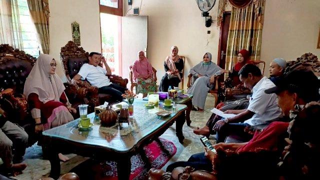 Wakil Bupati Zadrak Tombe mengutus anggotanya membawakan bantuan dana untuk Kontigen Tana Toraja yang mengikuti STQH Ke-32 tingkat provinsi di Sidrap
