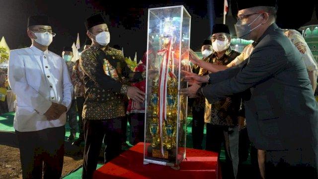 Seleksi Tilawatil Quran dan Hadis (STQH) XXXII tahun 2021 tingkat Provinsi Sulawesi Selatan(Sulsel) di Kabupaten Sidrap resmi ditutup Plt Gubernur Sulsel, Andi Sudirman Sulaiman, Senin, 7 Mei 2021.