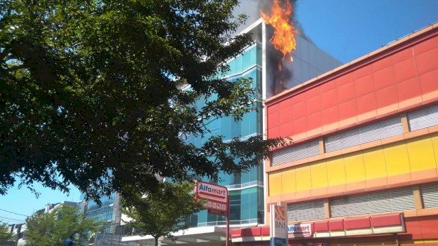 Gedung Dillah Group terbakar (Foto: ist)