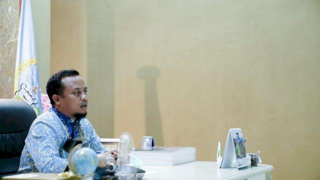 Plt Gubernur Sulsel Andi Sudirman Sulaiman mengikuti Halal Bihalal Pengurus Besar Kerukunan Keluarga Luwu Raya (PB-KKL Raya) secara virtual, Rabu 9 Juni 2021 malam