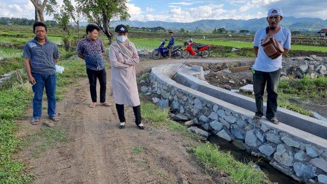 Anggota DPRD Sulawesi Selatan (Sulsel), Andi Nurhidayati Zainuddin meninjau pembangunan jalan tani di Rompegading, Kabupaten Soppeng, Sabtu, 19 Juni 2021