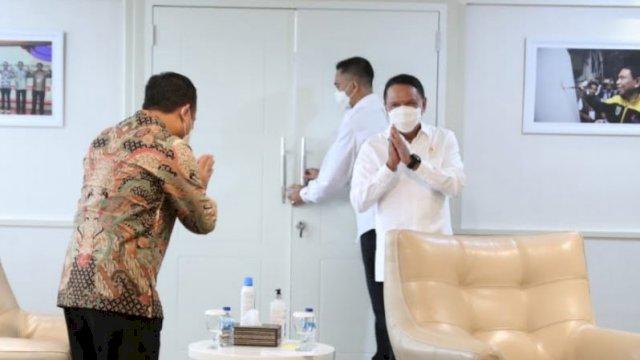 Plt Gubernur Sulsel Andi Sudirman Sulaiman (Batik), Menpora Zainudin Amali (Putih)