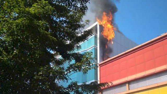Gedung Dillah Group yang berlokasi di Jalan Pengayoman, Kecamatan Panakkukang, Kota Makassar, terbakar, Rabu 9 Juni 2021 pagi.