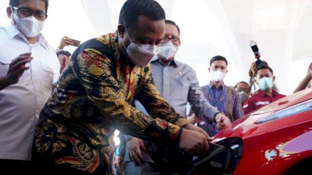 Pelaksana Tugas (Plt) Gubernur Sulawesi Selatan, Andi Sudirman Sulaiman melakukan launching Stasiun Pengisian Kendaraan Listrik Umum (SPKLU) di PLN ULP Mattoanging Jalan Mongisidi, Kota Makassar, Kamis 10 Juni 2021.