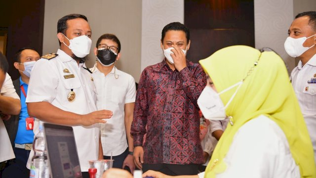 Plt Gubernur Sulawesi Selatan Andi Sudirman Sulaiman hadiri vaksinasi Kadin Sulsel di Hotel Four Point by Sheraton, Rabu, 28 Juli 2021