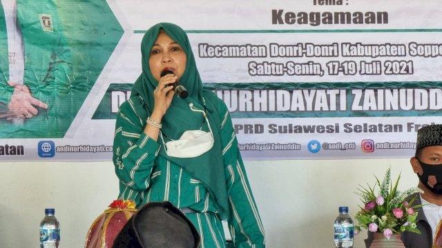 Anggota DPRD Sulsel, Andi Nurhidayati Zainuddin bersilaturrahim dengan warga Kecamatan Donri-Donri yang dikemas dengan kegiatan sosialisasi nilai-nilai kebangsaan (Sosbang), Senin, 19 Juli 2021.
