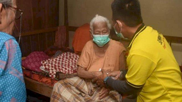 Tim Super Peduli Anggota DPR RI Supriansa menyalurkan bantuan kepada masyarakat kurang mampu di Kelurahan Lapajung, Kecamatan Lalabata, Kabupaten Soppeng, Jumat, 2 Juli 2021.