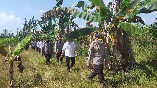 Pemprov Sulsel tinjau lahan baru pemakaman khusus Covid-19 di Dusun Sambung Batu Desa Paccelekang, Kecamatan Pattalassang, Kabupaten Gowa.