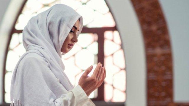 Wanita memanjatkan doa