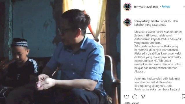 Tomy Satria Yulianto menyalurkan sedekah Hp kepada Rakhmat, Minggu, 29 Agustus 2021.