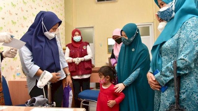 Tinjau Vaksinasi Ibu Hamil, Plt PKK Sulsel Bagi-bagi Hadiah