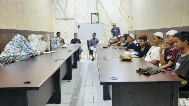 Stafsus Wapres Ma'ruf Amin, UQ Rayakan Ultah Bareng Pedagang Asongan