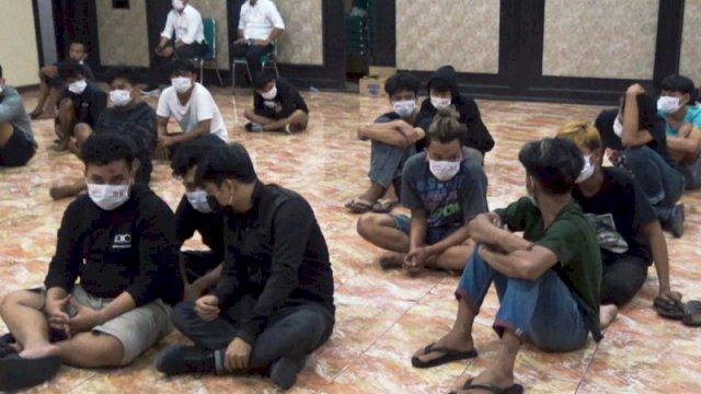 28 pemuda yang terlibat tarung bebas (Foto: Antara)